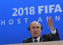 <p>O premiê russo, Vladimir Putin, fala a jornalistas após o anúncio da Rússia com anfitriã da Copa do Mundo de 2018. Em Zurique, 2 de dezembro de 2010. REUTERS/Christian Hartmann</p>