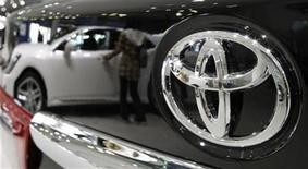 <p>Imagen de archivo de un auto Toyota en una muestra en Tokio. Nov 5 2010 Toyota Motor anunció el jueves que planea destinar 305 millones de dólares para elevar la capacidad de producción de sus vehículos multipropósito en Tailandia y Argentina, un plan con el que elevará la producción en 100.000 unidades al año. REUTERS/Toru Hanai/ARCHIVO</p>