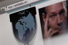 <p>Capture d'écran du site internet WikiLeaks avec une photo de son fondateur Julian Assange. Selon le quotidien suédois Dagens Nyheter, un groupe d'anciens collaborateurs de la plate-forme spécialisée dans la divulgation de documents officiels va lancer la semaine prochaine son propre site, baptisé Openleaks, pour protester contre Assange. /Photo prise le 4 décembre 2010/REUTERS/Pascal Lauener</p>