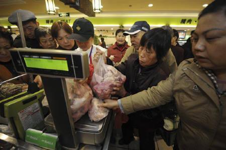 12月11日、11月の中国CPIは前年比+5.1%となり、2年4カ月ぶりの高水準に。安徽省合肥のスーパーマーケットで11月撮影(2010年 ロイター)