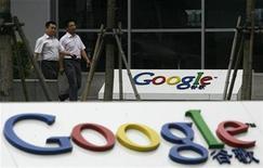 <p>Imagen de archivo del logo de Google en una oficina en Pekín. Jul 9 2010 Google podría enfrentar una débil demanda en China por sus nuevas computadoras con sistema Chrome, tras las tensiones políticas entre Pekín y el gigante de búsquedas en internet y en momentos en que las ventas de netbooks caen en el segundo mayor mercado de ordenadores. REUTERS/Bobby Yip/ARCHIVO</p>