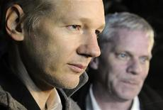 <p>Fundador do WikiLeaks, Julian Assange (esq), fala com a imprensa ao lado do porta-voz do WikiLeaks, Kristinn Hrafnsson, em Norfolk, na Inglaterra. A policia australiana disse nesta sexta-feira que o site não cometeu nenhum delito criminal no país ao divulgar comunicados secretos da diplomacia dos EUA. 16/12/2010 REUTERS/Paul Hackett</p>