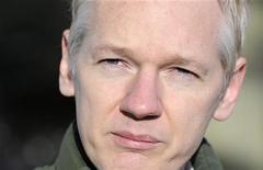 <p>Fundador do WikiLeaks, Julian Assange, fala com a imprensa em frente ao Ellingham Hall, casa de seu amigo e jornalista Vaughan Smith, em Norfolk, na Inglaterra. Assange negou conhecer o ex-analista de inteligência do Exército norte-americano acusado de ter fornecido ao site mensagens secretas da diplomacia de Washington. 17/12/2010 REUTERS/Paul Hackett</p>