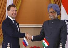 <p>Президент РФ Дмитрий Медведев (слева) и премьер-министр Индии Манмохан Сингх жмут друг другу руки, Нью-Дели 21 декабря 2010 года. Россия и Индия во вторник заключили долгожданный контракт о совместной разработке самолета-истребителя пятого поколения и подписали соглашение о расширении производительности индийской атомной электростанции. REUTERS/B Mathur</p>