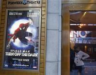 """<p>Un póster del musical """"Spider-Man: Turn Off The Dark"""" a la salida del teatro Foxwoods en Nueva York, dic 21 2010. Uno de los dobles principales en el musical de Broadway """"El Hombre Araña"""" se recuperaba el martes en un hospital tras caer 9,1 metros durante una actuación, en otro revés para el golpeado musical. REUTERS/Shannon Stapleton</p>"""