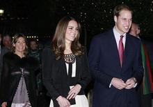 <p>El príncipe Guillermo de Inglaterra junto a su prometida Kate Middleton en un evento en Norfolk, Gram Bretaña. dic 18 2010. El diseño de una moneda conmemorativa oficial para celebrar el compromiso del príncipe Guillermo de Inglaterra y Kate Middleton fue revelado el jueves, pero nadie pudo reconocer a la futura novia. REUTERS</p>