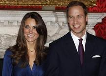 <p>O príncipe William e sua noiva Kate Middleton no Palácio St. James, em Londres. Ela deve casar-se com um príncipe herdeiro britânico em abril, mas a noiva talvez leve mais tempo para tomar seu lugar ao lado da família real inglesa no museu Madame Tussauds. 16/11/2010 REUTERS/Suzanne Plunkett/Arquivo</p>