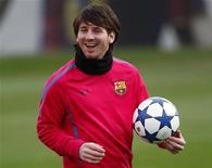 <p>Lionel Messi do Barcelona sorri durante sessão de treino. Messi foi eleito o melhor jogador de futebol da Europa pela segunda vez consecutiva em uma pesquisa feita com jornalistas esportivos. 06/12/2010 REUTERS/Gustau Nacarino/Arquivo</p>