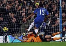 <p>Florent Malouda, do Chelsea, marca seu gol contra o Bolton Wanderers durante jogo do Campeonato Inglês, no estádio Stamford Bridge, em Londres. 29/12/2010 REUTERS/Eddie Keogh</p>