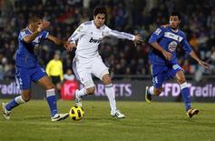 <p>Kaká (c), do Real Madrid, é visto em lance durante partida contra o Getafe pelo Campeonato Espanhol, em Madri, na Espanha. 03/01/2011 REUTERS/Juan Medina</p>