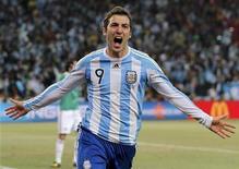 <p>O atacante Gonzalo Higuaín comemora gol contra a seleção do México na Copa do Mundo de 2010, em Johannesburgo, 27 de junho. REUTERS/Enrique Marcarian</p>