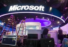 <p>Un grupo de trabajadores prepara el puesto de Microsoft en la feria de consumo electrónico de Las Vegas, ene 4 2011. Microsoft Corp introducirá una versión del software de Windows para tratar de alcanzar a rivales como Apple en el mercado en auge de los Tablet PC, y que al mismo tiempo le aleja de una larga alianza con el fabricante de chips Intel. REUTERS/Steve Marcus</p>