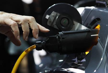 1月11日、トヨタの内山田竹志副社長は、米テスラのEV電池のコストが自動車メーカーが開発する従来電池の3分の1で済む可能性があるとの認識を示した。写真は北米国際自動車ショーに出展されたテスラ車。10日撮影(2011年 ロイター/Mark Blinch)