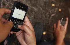 <p>A person surfs the internet through a Blackberry in Jakarta January 10, 2011. REUTERS/Enny Nuraheni</p>