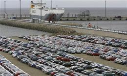 <p>Автомобили стоят перед отправкой в Россию в порту Силламяэ 17 апреля 2009 года. Российский автомобильный рынок может вырасти на 18 процентов до 2,24 миллиона машин в этом году, прогнозирует комитет автопроизводителей Ассоциации европейского бизнеса (АЕБ), который объединяет большинство работающих в РФ иностранных автоконцернов. REUTERS/Ints Kalnins</p>