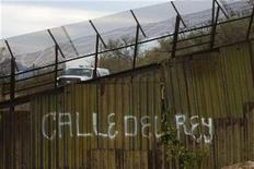 """<p>Imagen de archivo de un vehículo de la patrulla de fronteras estadounidense junto a la barrera divisioria entre Estados Unidos y México, ene 6 2011. El Gobierno de Estados Unidos canceló el viernes el proyecto de """"barrera virtual"""" que buscaba mejorar la vigilancia en partes de la frontera del país norteamericano con México, y lo reemplazará con otras medidas de seguridad. El proyecto, administrado por Boeing Co, ha costado hasta el momento alrededor de 1.000 millones de dólares y busca reunir tecnologías de cámaras, sensores y radares para detectar a quienes intentan cruzar la porosa frontera de forma ilegal. REUTERS/Alonso Castillo</p>"""
