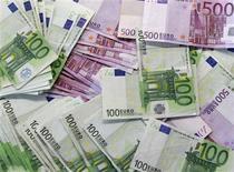 <p>Los gobiernos europeos están considerando aumentar el tamaño de su fondo de rescate como parte de un paquete de medidas para afrontar la crisis de deuda en la zona euro, dijo el viernes Francia. En la imagen, billetes de euro en una sucursal bancaria de Madrid, el 13 de enero de 2011. REUTERS/Andrea Comas</p>