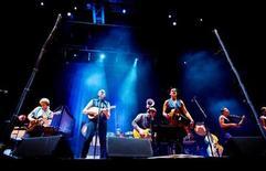 <p>Foto de archivo de una presentación del grupo Arcade Fire en Oslo, nov 4 2007. Arcade Fire y el cantante estadounidense Cee Lo Green se presentarán en la ceremonia de los premios BRIT el 15 de febrero, y se sumarán a artistas como Take That, Rihanna, Tinie Tempah y Plan B, dijeron el lunes los organizadores. REUTERS/Kyrre Lien/Scanpix Norway</p>