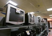 <p>Imagen de archivo de unos monitores de computador en una tienda en La Habana, abr 1 2008. Venezuela conectará Cuba a Internet de alta velocidad este año mediante un cable de fibra óptica que permitirá a los aliados izquierdistas burlar las restricciones de su enemigo común Estados Unidos, dijo el martes un funcionario. REUTERS/Enrique De La Osa (CUBA)</p>