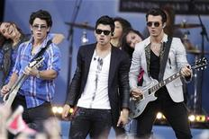 """<p>Singers (L-R) Nick, Joe and Kevin Jonas perform on ABC's """"Good Morning America"""" in New York August 13, 2010. REUTERS/Lucas Jackson</p>"""