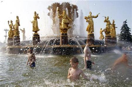 Boys cool themselves in a fountain at All-Russian Exhibition Centre in Moscow, July 16, 2010. REUTERS/Denis Sinyakov