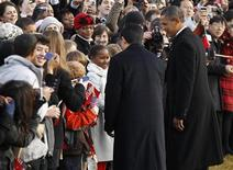 <p>China's President Hu Jintao is introduced to nine-year-old Sasha Obama (C in white coat) by U.S. President Barack Obama as they greet the crowd during an official south lawn arrival ceremony for Hu at the White House in Washington January 19, 2011. REUTERS/Kevin Lamarque</p>