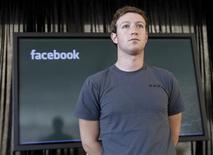 <p>Facebook, le réseau social en ligne fondé par Mark Zuckerberg (photo), a levé 1,5 milliard de dollars de fonds auprès d'investisseurs, opération qui s'est faite sur la base d'une valorisation d'environ 50 milliards de dollars. /Photo prise le 15 novembre 2010/REUTERS/Robert Galbraith</p>