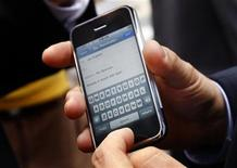 <p>Steven Levy, a journalist from Newsweek magazine, holds the Apple iPhone. REUTERS/Mike Segar</p>