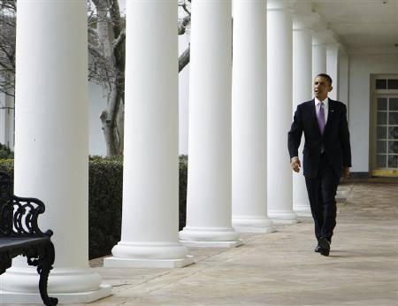 U.S. President Barack Obama walks along the White House Colonnade in Washington January 25, 2011. REUTERS/Larry Downing/Files