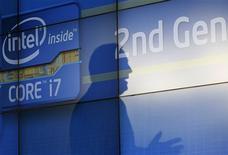 <p>Intel a suspendu les livraisons d'une puce sur laquelle un défaut a été repéré. Ce problème devrait affecter son chiffre d'affaires à hauteur de 300 millions de dollars. /Photo prise le 5 janvier 2011/REUTERS/Rick Wilking</p>