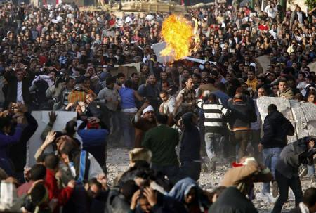 Pro and anti-Mubarak supporters clash at Tahrir Square in Cairo February 2, 2011. REUTERS/Goran Tomasevic