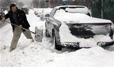 Blizzard wreaks havoc on U.S. air, ground travelers