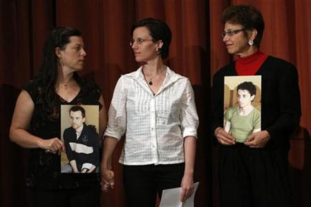 Sarah Shourd stands with Cindy Hickey (L), mother of Shane Bauer, and Laura Fattal (R), mother of Josh Fattal, during a news conference in New York September 19, 2010. REUTERS/Eric Thayer