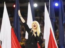 <p>La cantante estadounidense Christina Aguilera durante la entonación del himno nacional de su país durante el Super Bowl en Arlington, feb 6 2011. Aguilera se equivocó en una frase del himno nacional estadounidense, pero al menos no se produjo ningún problema con el vestuario durante el segmento de entretenimientos del Super Bowl del domingo. REUTERS/Jeff Haynes</p>
