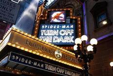 """<p>Una serie de avisos promocionales del musical """"Spiderman: Turn Off The Dark"""" frente al teatro Foxwoods en Nueva York, dic 23 2010. Fue postergada cinco veces, su elenco sufrió múltiples lesiones y fue víctima de muchas bromas. Ahora, la obra más cara en la historia de Broadway, """"El Hombre Araña"""", fue sometida al análisis de los críticos y universalmente castigada. REUTERS/Lucas Jackson</p>"""