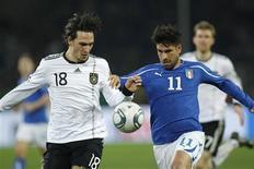 <p>O italiano Marco Borriello desafia o alemão Mats Hummels durante amistoso em Dortmund, 9 de fevereiro de 2011. REUTERS/Ina Fassbender</p>