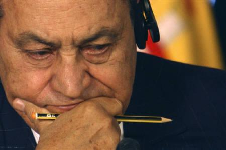 Egyptian President Hosni Mubarak reacts during a news conference in Sharm el-Sheikh January 18, 2009.  REUTERS/Amr Dalsh/Files