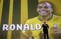 <p>Ronaldo recebe prêmio por sua contribuição ao futebol brasileiro, no Rio de Janeiro, em dezembro. Aos 34 anos, o maior artilheiro de Copas do Mundo vai anunciar nesta segunda-feira sua aposentadoria. 06/12/2010 REUTERS/Bruno Domingos/Arquivo</p>