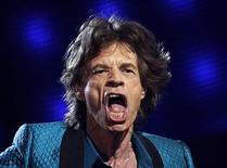 """<p>El cantante Mick Jagger durante su versión de la canción """"Everybody Needs Someone to Love"""" en la antrega de los premios Grammy en Los Angeles, feb 13 2011. Una combinación de estrellas clásicas que incluyó a Mick Jagger y Barbra Streisand y rostros jóvenes, como Justin Bieber y Katy Perry, impulsaron el domingo la audiencia de los premios de la música Grammy a su mayor nivel de audiencia en 10 años. REUTERS/Lucy Nicholson</p>"""