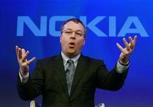 <p>El director ejecutivo de Nokia, Stephen Elop, durante un evento de la firma en Londres, feb 11 2011. Nokia, el mayor fabricante de teléfonos móviles del mundo por volumen, quiere producir un teléfono con el sistema operativo de su nuevo socio Microsoft para finales de año, dijo su presidente ejecutivo, Stephen Elop. REUTERS/Luke MacGregor</p>