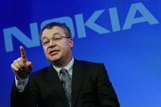 <p>Foto de archivo del director ejecutivo de Nokia, Stephen Elop, durante un evento de la firma en Londres, feb 11 2011. Nokia, el mayor fabricante de teléfonos móviles del mundo por volumen, quiere producir un teléfono con el sistema operativo de su nuevo socio Microsoft para finales de año, dijo su presidente ejecutivo, Stephen Elop. REUTERS/Luke MacGregor</p>