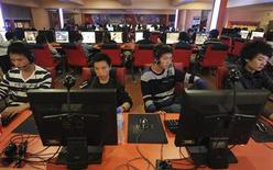 <p>Dans un cybercafé à Hefei, dans la province chinoise d'Anhui. China Mobile, le premier opérateur mobile mondial par le nombre d'abonnés, et l'agence officielle Chine nouvelle (Xinhua) ont lancé ensemble un moteur de recherche, www.panguso.com. /Photo d'archives/REUTERS</p>