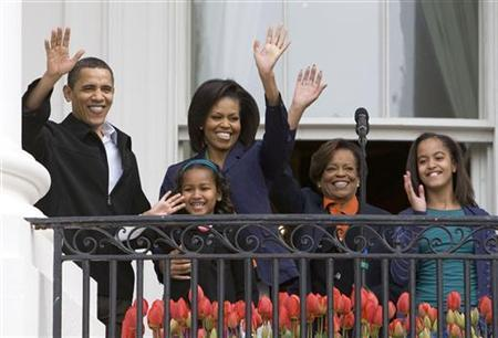 U.S. President Barack Obama and members of the first family wave from the Truman Balcony of the White House, before the start of the 2009 Easter Egg Roll on the South Lawn, in Washington April 13, 2009. REUTERS/Larry Downing