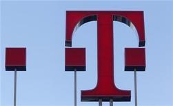 <p>Foto de archivo del logo de la firma Deutsche Telekom en su sede central en Bonn, Alemania, feb 25 2010. Deutsche Telekom espera un año de estancamiento en las ganancias, uniéndose a la liga de principales operadores europeos de telecomunicaciones que luchan por defender el dominio de sus mercados nacionales. REUTERS/Ina Fassbender</p>
