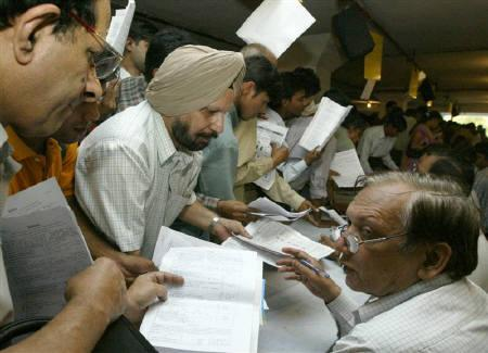 Indian tax payers line up to submit their income tax returns in New Delhi September 30, 2003. REUTERS/Kamal Kishore/Files