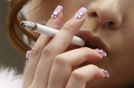 3月1日、女性の社会的地位向上と喫煙に関連性があることがカナダのウオータールー大学の研究で分かった。写真は都内で昨年1月撮影(2011年 ロイター/Yuriko Nakao)