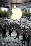 <p>Un an après avoir créé l'événement en lançant l'iPad, Apple s'apprête à dévoiler mercredi la deuxième version de sa tablette vedette, qui devrait être plus fine, plus rapide, et probablement dotée d'une caméra. /Photo prise le 25 septembre 2010/REUTERS/Aly Song</p>