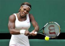 <p>Serena Williams durante jogo contra a russa Vera Zvonareva. durante o torneio de Wimbledon, em 2010. Williams foi submetida a uma cirurgia de emergência em Los Angeles para tratar um coágulo sanguíneo no pulmão. 03/06/2010 REUTERS/Toby Melville</p>
