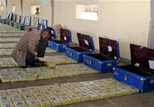 <p>A Kenyan detective checks a packet of cocaine on display as an exhibit before a court session in Kenya's capital Nairobi October 13, 2005. REUTERS/Thomas Mukoya</p>