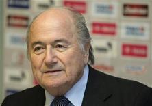 <p>Presidente da Fifa, Sepp Blatter, participa de coletiva de imprensa em Praga, na República Tcheca, em fevereiro. Blatter disse neste sábado que um sistema para determinar se a bola ultrapassou a linha do gol pode ser usado na Copa de 2014 no Brasil. 08/02/2011 REUTERS/Petr Josek</p>
